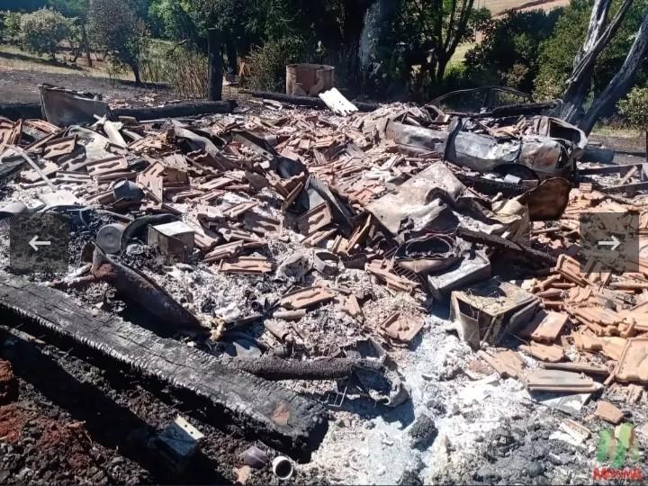 Família perde tudo em incêndio em residência na região noroeste