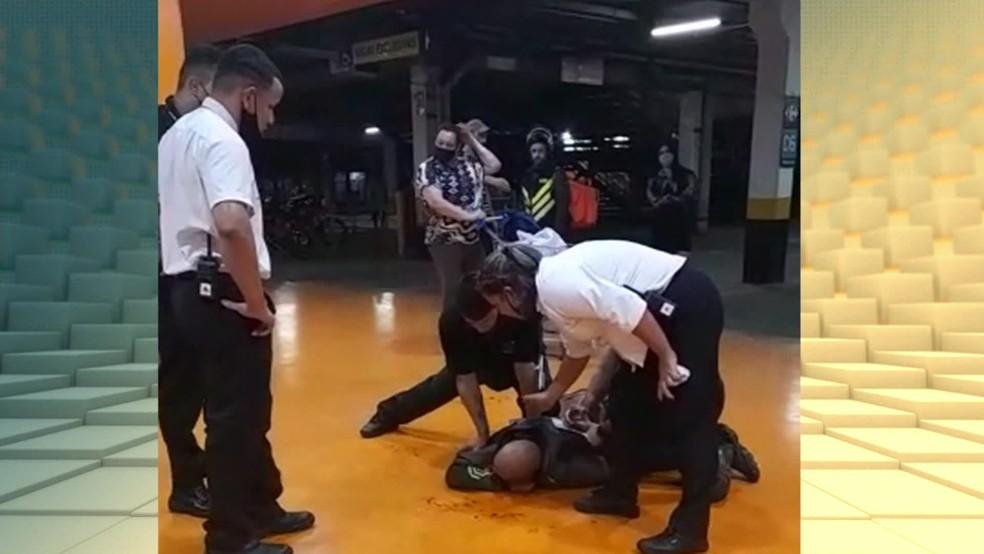 Funcionária que viu e filmou espancamento diz que não ouviu gritos de socorro de João Alberto — Foto: Reprodução/TV Globo
