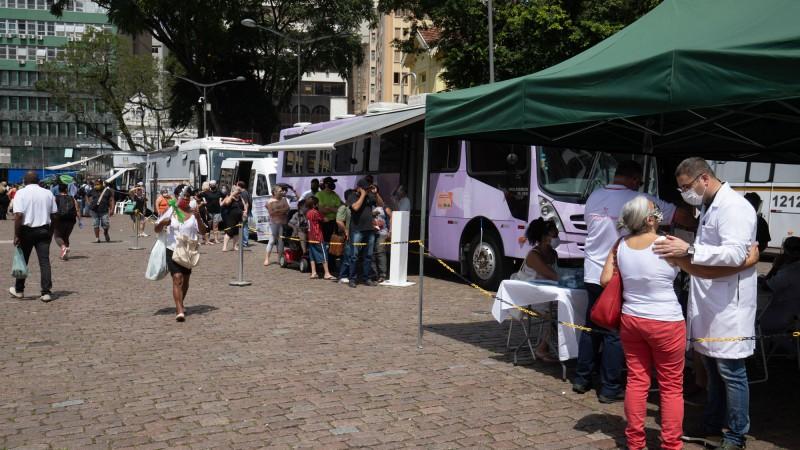 Público pode tirar dúvidas nas unidades móveis de diferentes instituições que ficaram estacionadas no Centro da capital - Foto: Itamar Aguiar / Palácio Piratini