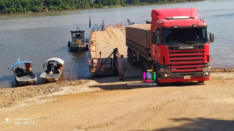 Hoje a travessia é feita com balsa, no local - Foto: RD Foco/Arquivo