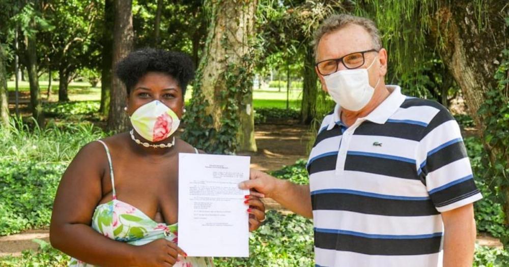 Mainardi entregando projeto para a vereadora do PSOL de Porto Alegre, Laura Sito. Foto: Reprodução