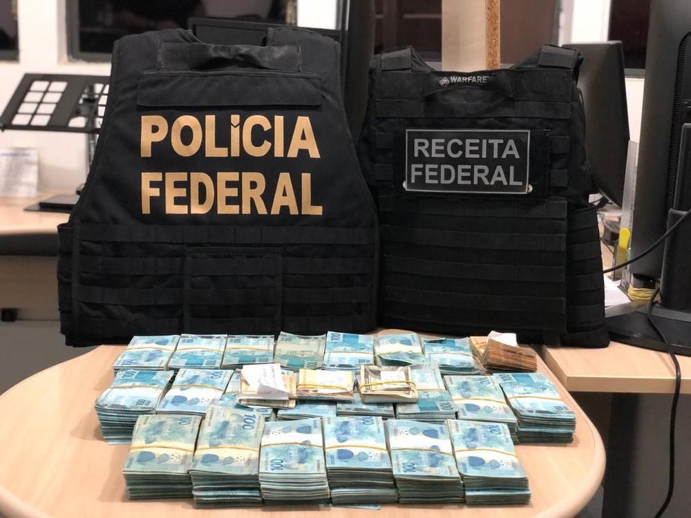R$ 435 mil estavam escondidos dentro do estofamento do banco de carro flagrado no Chuí — Foto: Polícia Federal/Divulgação