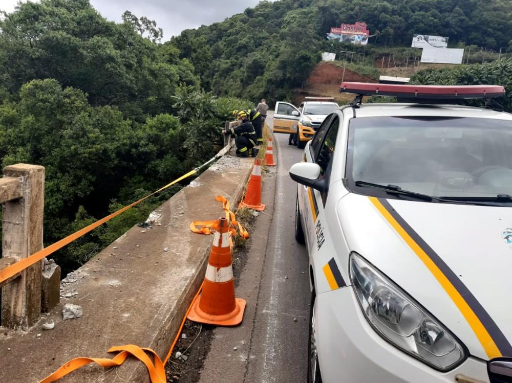 Idoso morre ao cair com carro de altura de 50 metros em ponte na ERS-446