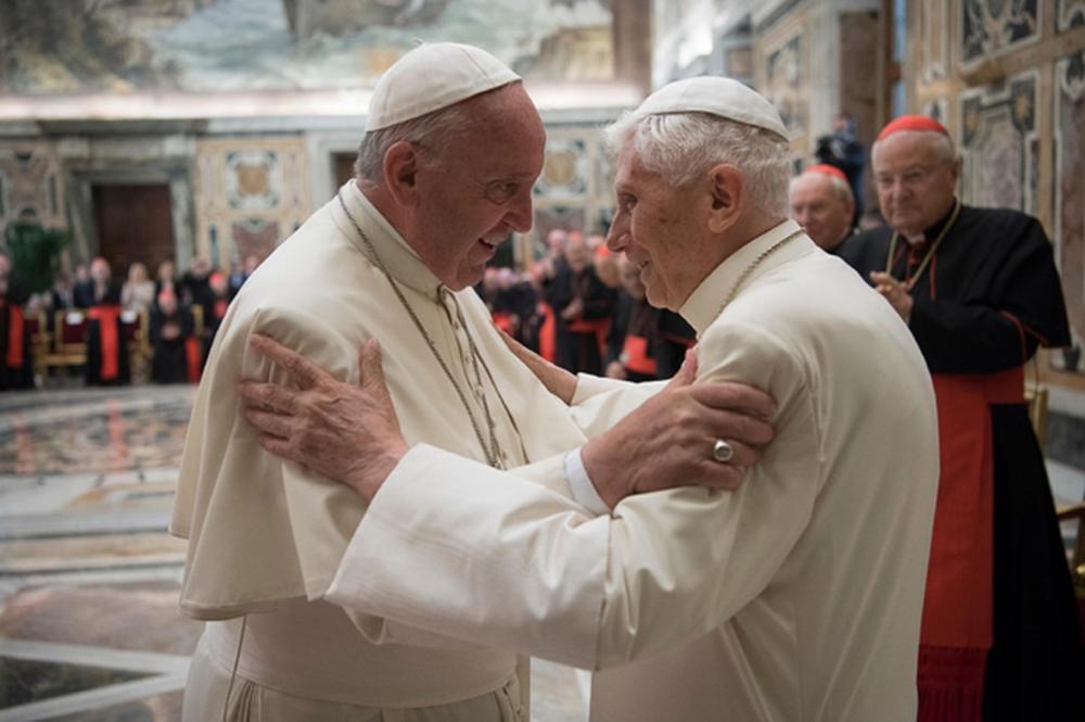 Papa Francisco (esq) com seu antecessor no cargo, Bento 16 em imagem de 2016 — Foto: L'Osservatore Romano/AP