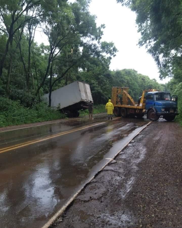 Caminhão sai da pista na ERS 155 em Santo Augusto