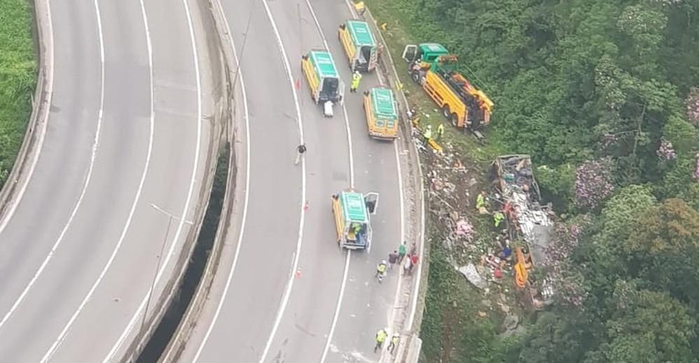 Ônibus sai da pista na Curva da Santa, em Guaratuba, no Paraná, e deixa mortos e feridos — Foto: Divulgação/BPMOA