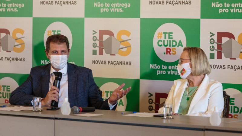 Deputado Polo, governador em exercício, e a secretária da Saúde, Arita Bergmann, participaram da reunião - Foto: Gustavo Mansur / Palácio Piratini