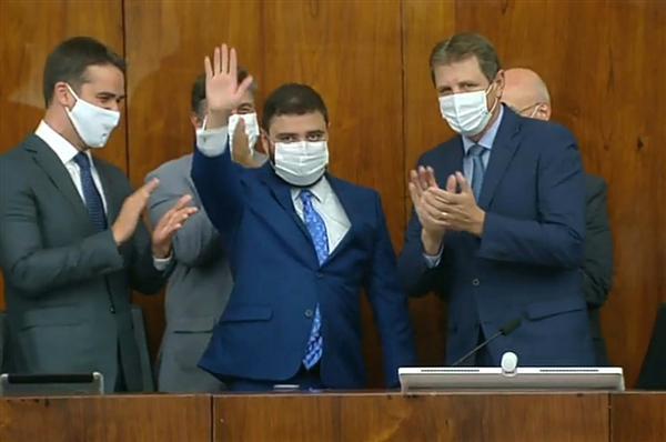 Gabriel Souza (C) substituiu Ernani Polo (D) no comando da Casa. Foto: Reprodução/TV ALRS
