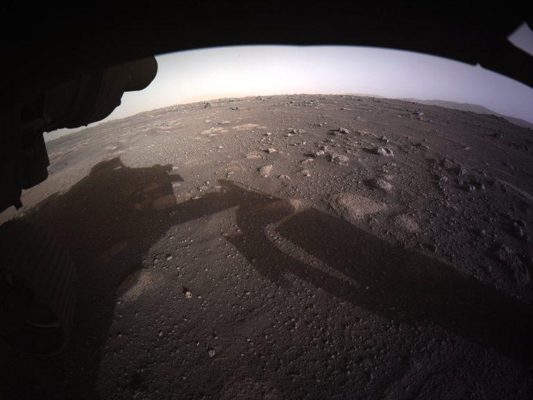 Primeira imagem colorida do rover Perseverance na superfície de Marte | JPL/NASA