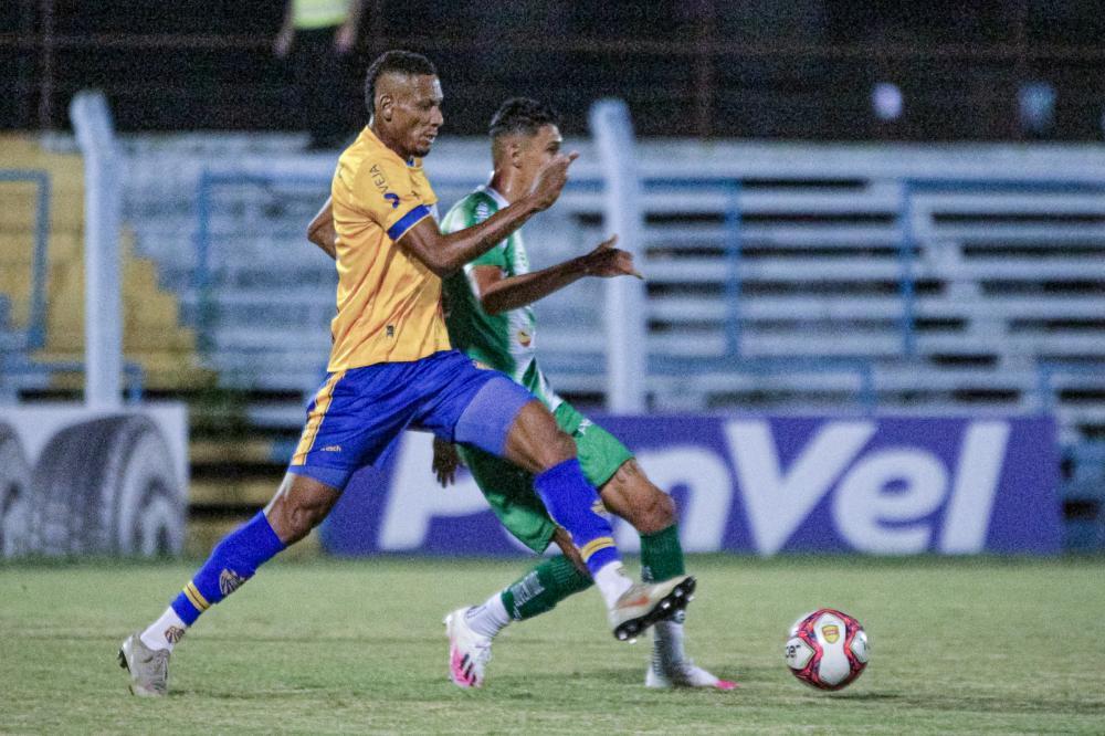 Marcão disputa a bola no Estádio do Vale - Foto: Tales Leal - AI/ECP