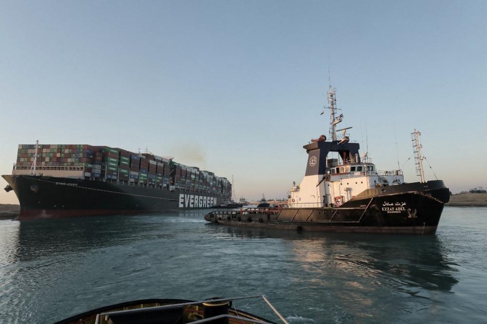 Liberação parcial ocorreu após esforços para empurrar e puxar o navio com 10 rebocadores. Foto: SUEZ CANAL AUTHORITY