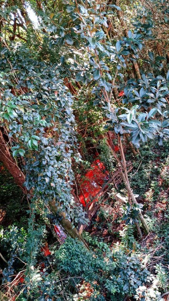 Rio fica vermelho parecendo sangue e chama atenção em cidade no Paraná