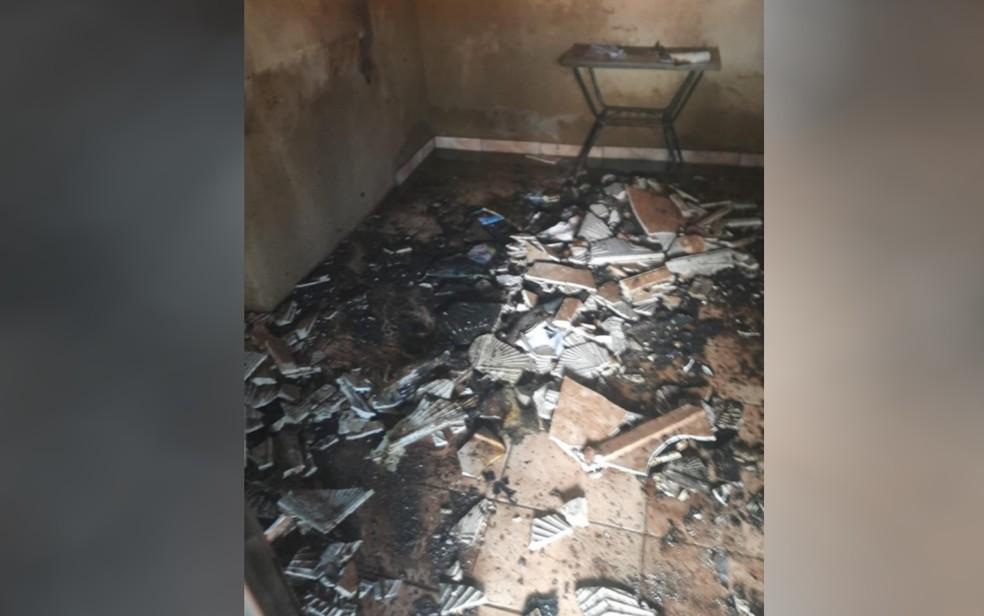 Sala de casa ficou destruída após incêndio — Foto: Reprodução/TV Anhanguera
