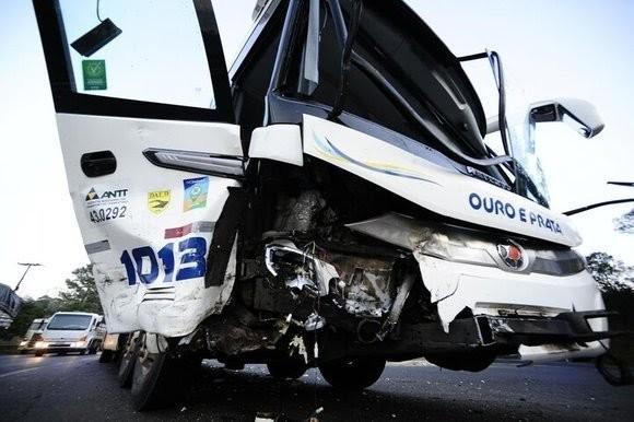 Cinco pessoas ficam feridas em acidente entre carro e ônibus na BR-386