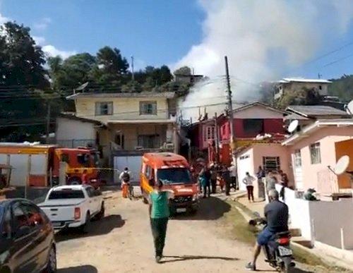 Incêndio ocorreu no final da manhã deste sábado (Foto: Reprodução/ O Momento)