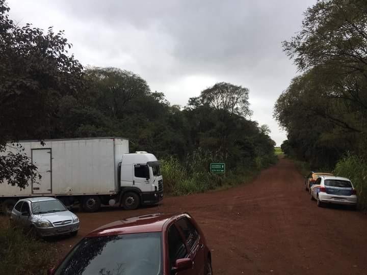 Caminhão de transporte de leite fica atravessado na cabeceira da ponte do Rio Guarita entre Redentora e Dois Irmãos das Missões
