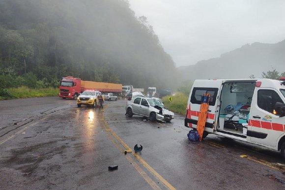 Logan bateu na traseira de caminhão na RS-122 pouco antes das 8h desta terça-feira (8). Foto: Bombeiros de Farroupilha / Divulgação