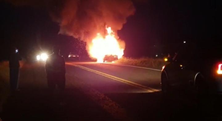 Veja vídeo: Veículo pega fogo na ERS 330 em Miraguaí