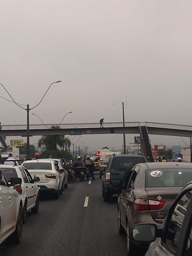Homem foi preso, na tarde desta quinta-feira, após tentativa de se jogar de uma passarela na BR-116   Foto: PRF / Divulgação