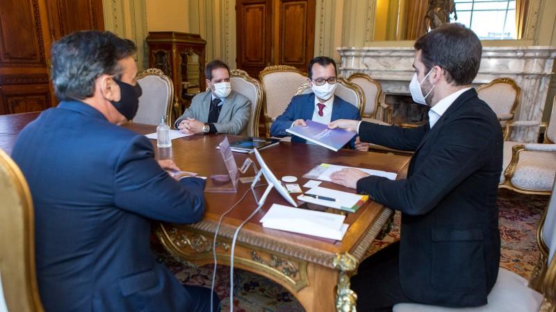 Diretores da Federasul entregaram o documento ao governador - Foto: Gustavo Mansur/Palácio Piratini