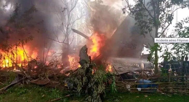 Aeronave militar tentava pousar quando o acidente aconteceu; autoridades reportam resgate de sobreviventes. Foto: Reprodução/Twitter