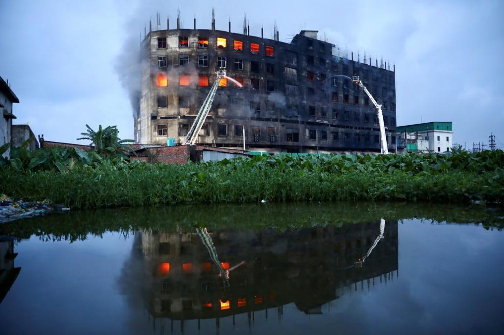 30 pessoas ficaram feridas e dezenas estão desaparecidas após fogo consumir prédio onde havia produção de alimentos e bebidas. Foto: Reprodução