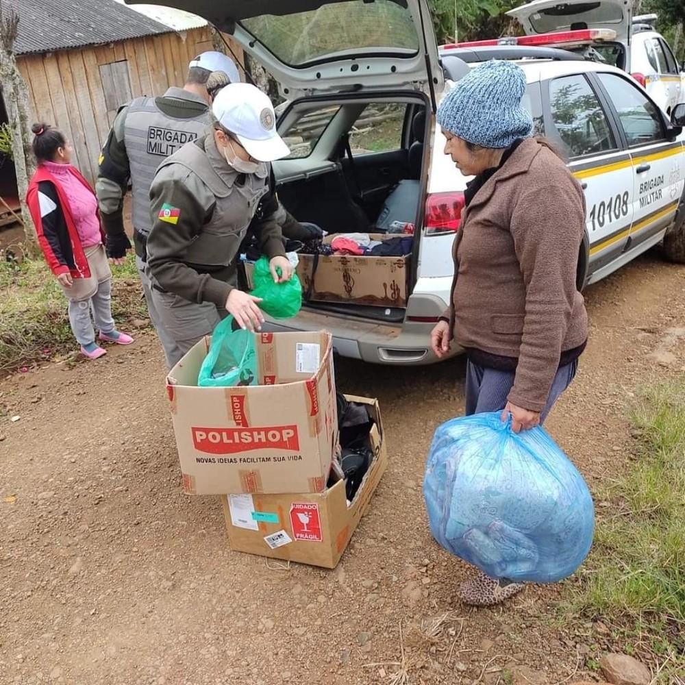 Patrulha Maria da Penha do 7ºBPM efetua doação de roupas arrecadadas na Campanha do Agasalho 2021 - RD Foco