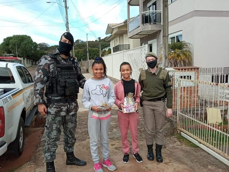 Brigada Militar de Erechim faz surpresa em aniversário de gêmeas - RD Foco