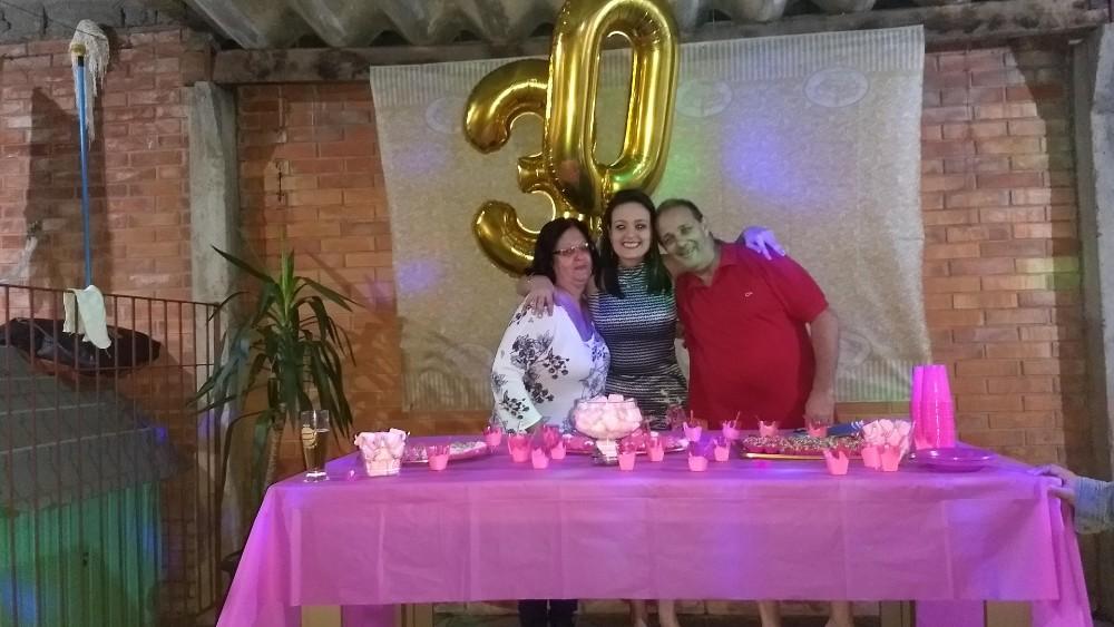 Ao ser vacinada, filha presta homenagem aos pais que morreram de covid-19 no RS