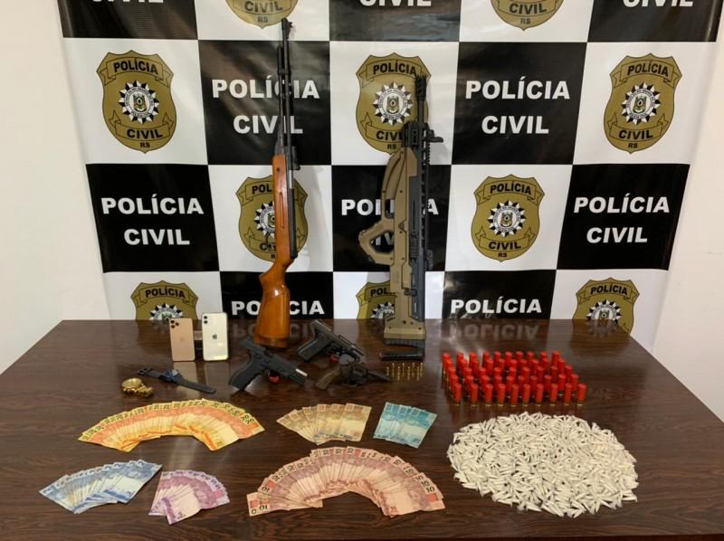 Na ação, foram apreendidos armas, dinheiro e drogas. - Foto: 5DPHPP/Polícia Civil
