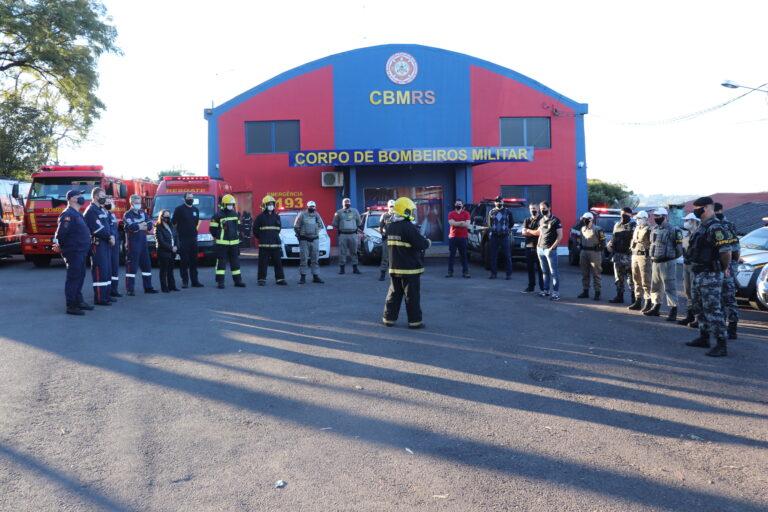 Agentes de forças de segurança e do SAMU participaram do ato (Foto e vídeo: Vinicius Araujo / Rádio Alto Uruguai)