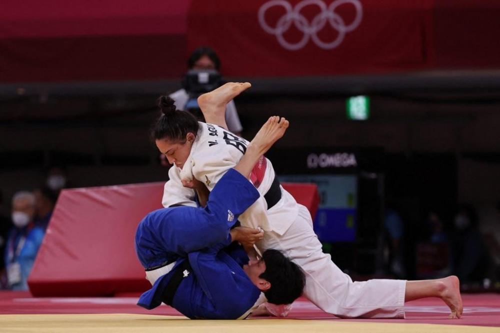 Mayra imobilizou sul-coreana na decisão do bronze | Foto: Jack Guez / AFP