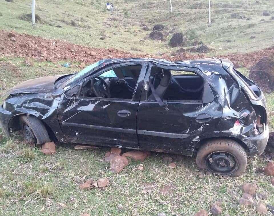 Carro capotou ao despencar ribanceira no interior de Caibi (Foto: Corpo de Bombeiros)