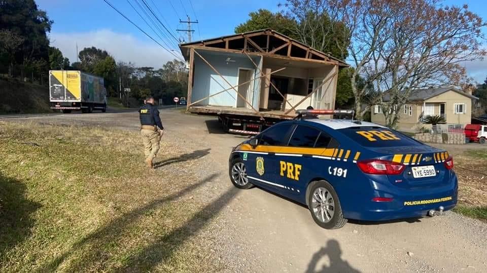 Caminhão transportando uma casa, causa acidente em Carlos Barbosa - RD Foco