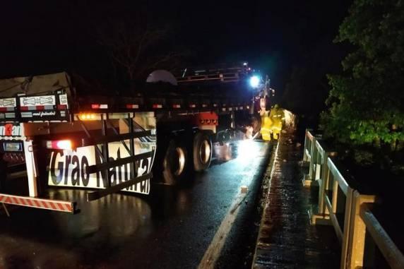 Caminhão atingiu mureta de ponte da BR-386, mas não chegou a despencar - Foto: Marcondes Scherer / Arquivo pessoal