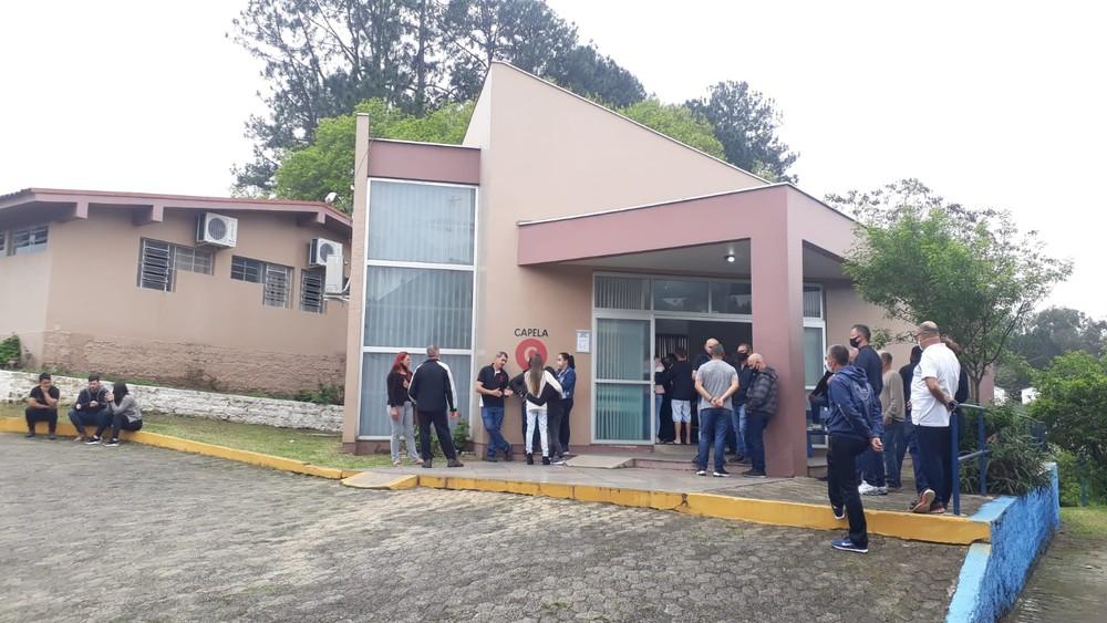 Velório ocorreu em uma capela da cidade de Campo Bom neste domingo (19) — Foto: Jeferson Ageitos/RBS TV