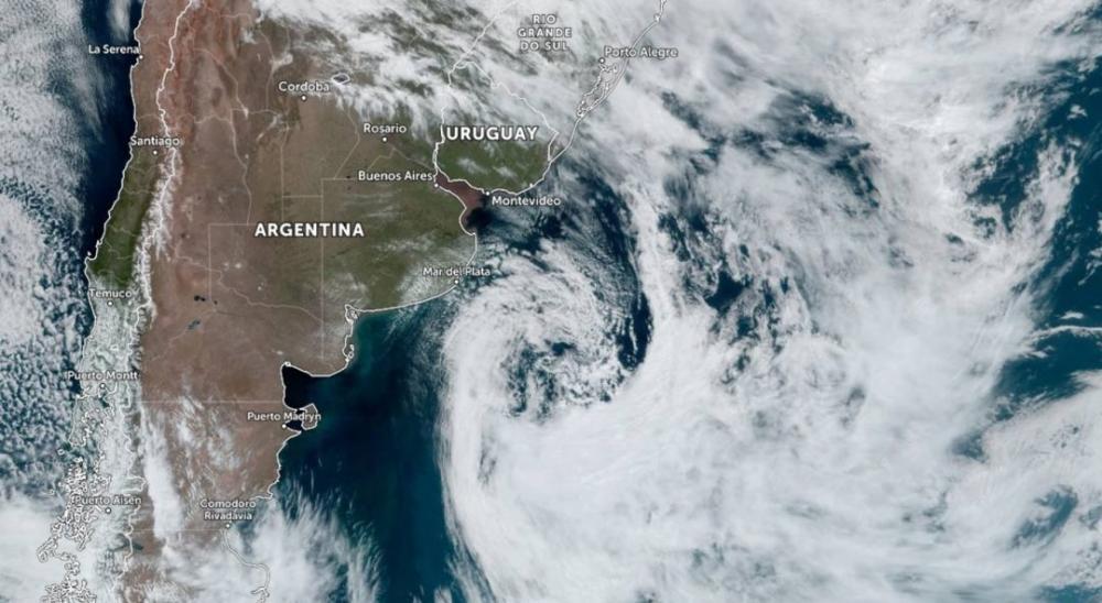 Imagem de satélite mostra ciclone a Leste da Argentina que impulsiona a massa de ar frio para o Rio Grande do Sul   Zoom Earth
